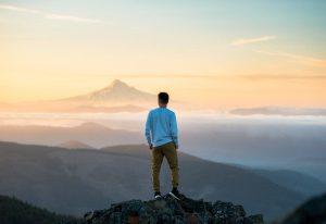 Mann auf einem Berggipfel
